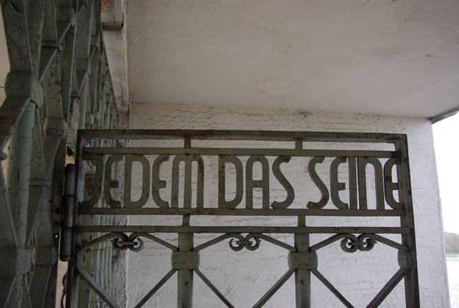 """Das Bild zeigt den Spruch """"Jedem das Seine"""" an der Eingangstür des Konzentrationslagers Buchenwald"""